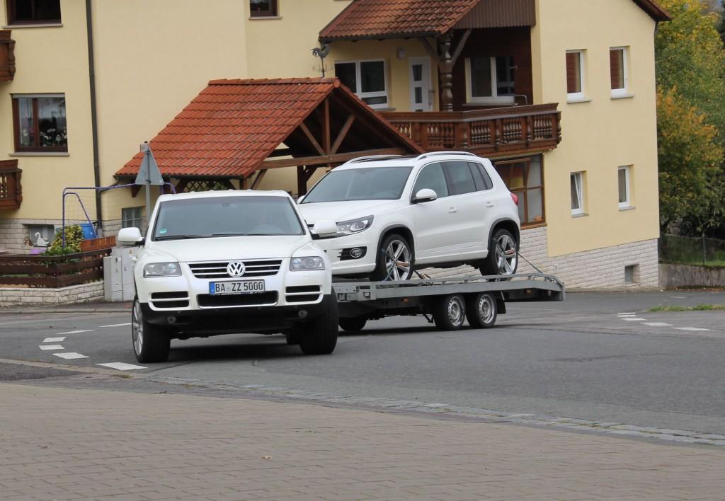 VW Touareg mit Autoabschlepphänger
